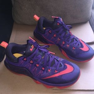 NIKE LEBRON SHOES SIZE 10 EXCELLENT CONDITION